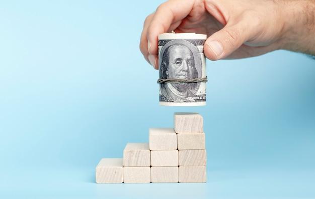 파란색 배경에 경제 성장에 손에 달러 국제 통화와 화폐...