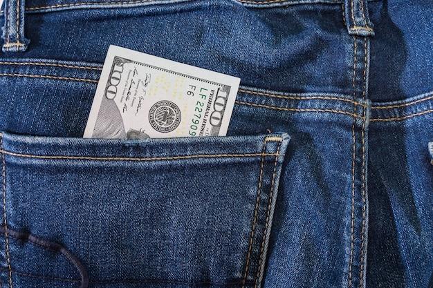 ジーンズのポケットにドル。閉じる。