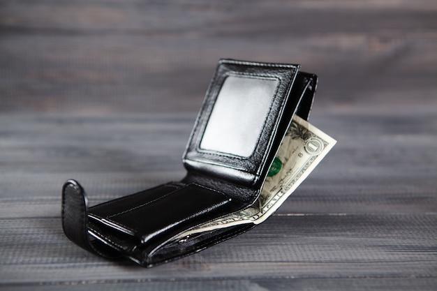Доллары в бумажнике на деревянном