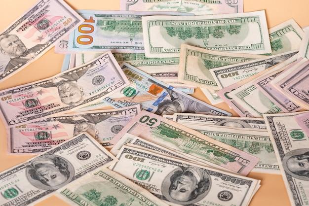 베이지색 배경에 달러입니다. 금융 저축 및 소득. 은행.