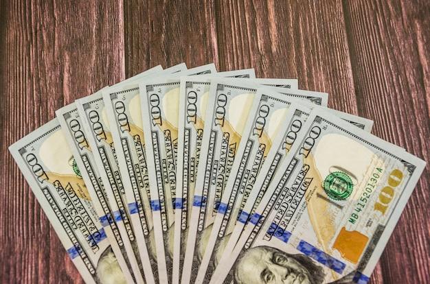 Долларов на деревянном фоне