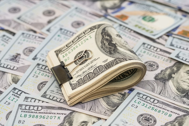 ドルに金属クリップが付いたドル。たくさんのお金。