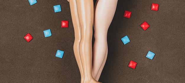 인형은 주위에 사랑과 콘돔을 만듭니다.