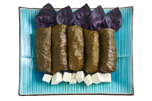 青い大皿にバジルと豆腐チーズとブドウの葉のドルマ