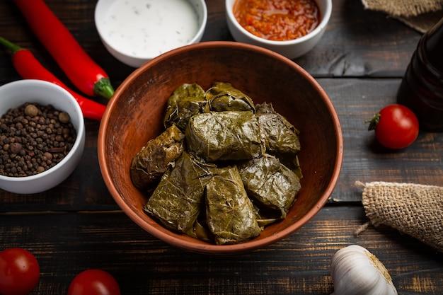 ドルマまたはトルマまたはサルマは、素朴な背景に米と肉を詰めたブドウの葉です。伝統的な白人料理、オスマン料理、トルコ料理、ギリシャ料理
