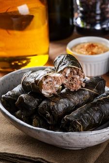 ドルマ、サルマ、またはトルコのドルマデス。伝統的な地中海料理のドルマダキアまたはトルマ。ぶどうの葉の詰め物。