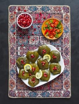 Долма фаршированные виноградные листья. иранская кухня