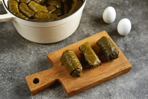 ドルマトルマサルマはブドウの葉にミンチ肉のライスオニオンとニンジンを詰めた伝統的なギリシャのトルコのオスマン帝国と白人の料理