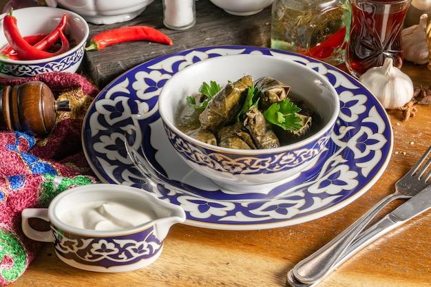 ドルマ。ぶどうの葉のピクルスにガーリックマッツォーニソースを添えた子羊のひき肉の伝統的なオリエンタルホットディッシュ