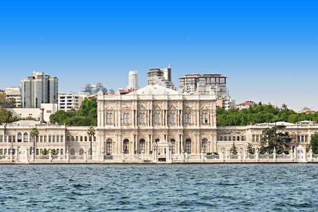 터키 이스탄불의 돌마바흐체 궁전(보스포루스 해협에서 본)