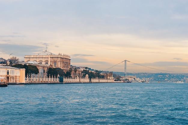 水からイスタンブールのドルマバフチェ宮殿。