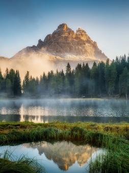Доломиты, италия пейзаж на озере анторно.