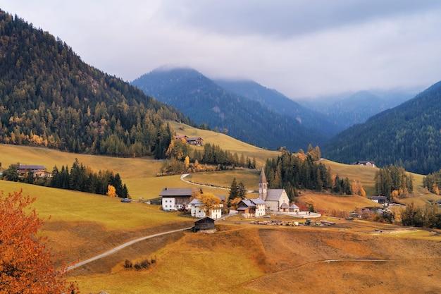 Пейзаж гор доломиты осенью