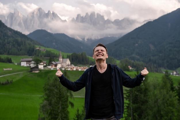 ドロミテサンタマグダレナイタリア幸せな笑顔の幸せな黒髪の男がトップに到達しました