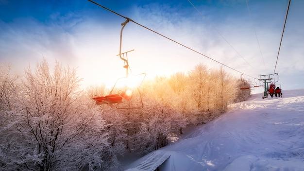 숙박료. 새벽에 스키 슬로프와 리프트의 전망. 멋진 겨울 산 아침 풍경.