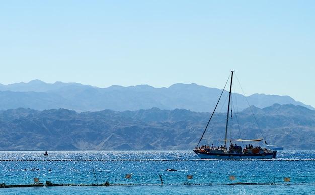 홍해의 돌고래 암초, 유람선 프리미엄 사진