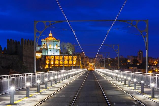 Дом луис i мост в порто ночью, португалия