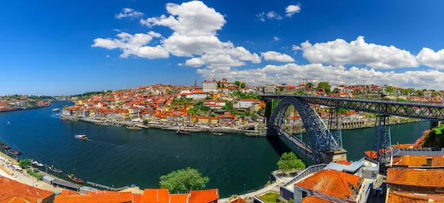 Порту, португалия. панорамный вид на центр города порто, португалия с dom luis i мост через реку дору