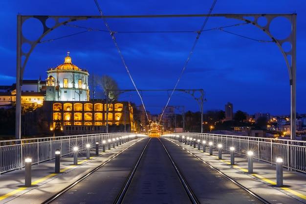Dom luis i мост в порту ночью, португалия.