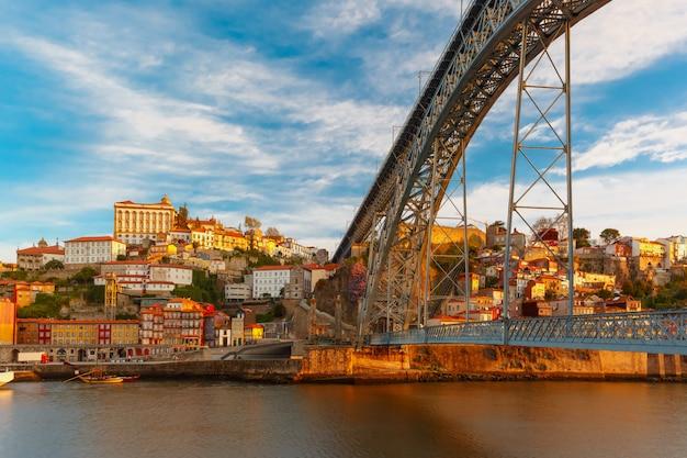 Река дору и dom luis мост, порту, португалия.