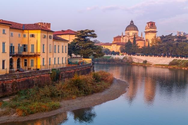 Вид на город верона с dom santa maria matricolare и римским мостом понте пьетра на реке адидже в вероне. италия. европа.