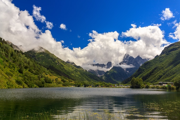 2018 年 8 月 11 日、ロシアのドンベイ: トゥマンリー ケル湖の岸にある高山地域にある休憩所。