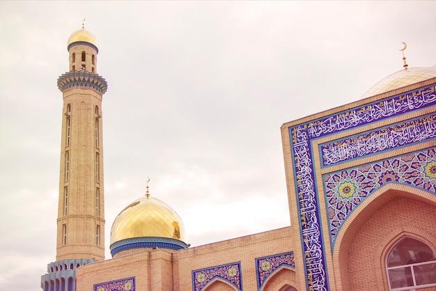 Купол золотой мечети с луной исламской религии