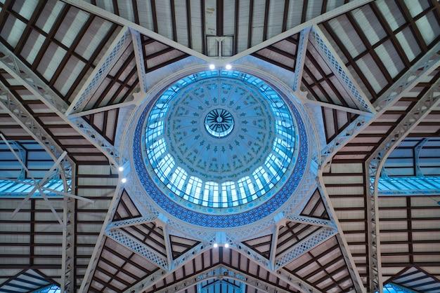 Cupola di un vecchio mercato mercado central a valencia, in spagna