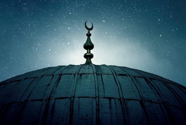 Купол старой мечети с полумесяцем Premium Фотографии