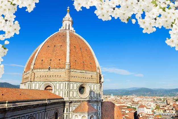 サンタマリアデルフィオーレ大聖堂教会のドームが春にクローズアップ、フィレンツェ、イタリア