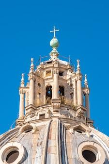 Купол церкви санта-мария-ди-лорето и кьеза-дель-сантиссимо-ном-ди-мария-аль-форо траяно на площади пьяцца венеция в риме, италия