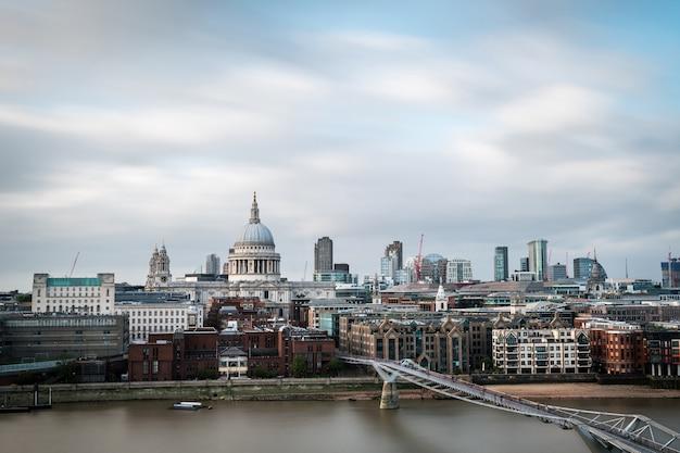 セントポール大聖堂のドームとロンドン市の近代的な高層ビル