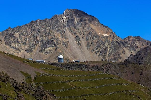ロシア、北コーカサスの山の星を観測する天文台のドーム