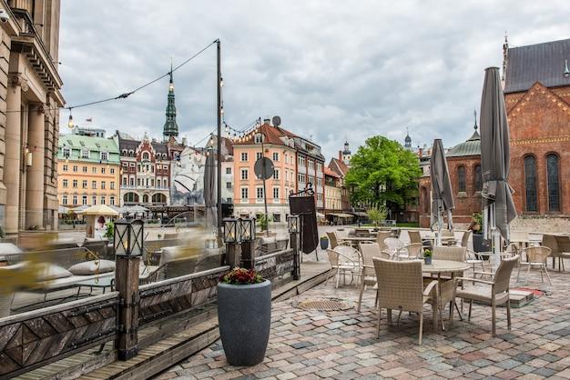 라트비아 리가의 구시가지 중심부에 카페와 레스토랑이 있는 돔 광장