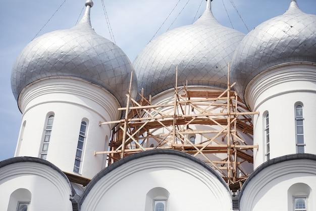 종교 건물의 돔입니다. 교회의 돔에 십자가. 하늘을 배경으로 은색 돔이 있는 대성당