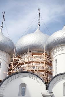 Купола культового сооружения. кресты на куполах церкви. собор с серебряными куполами на фоне неба