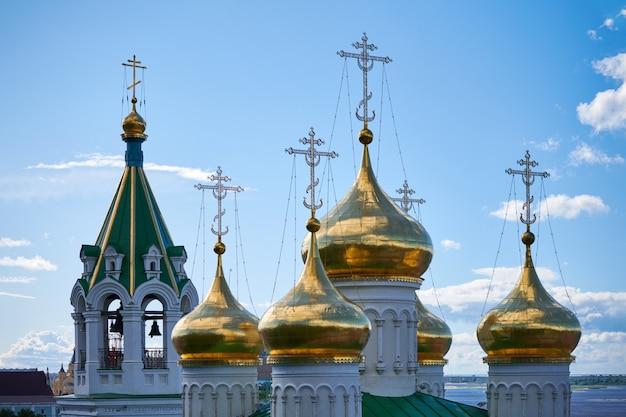 정교회의 돔. 러시아 교회의 황금 십자가입니다. 교구민을위한 성스러운 장소와 영혼 구원을위한기도.