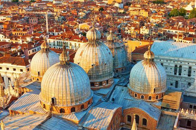 イタリア、夜遅くにヴェネツィアのサンマルコ寺院の総主教大聖堂のドーム