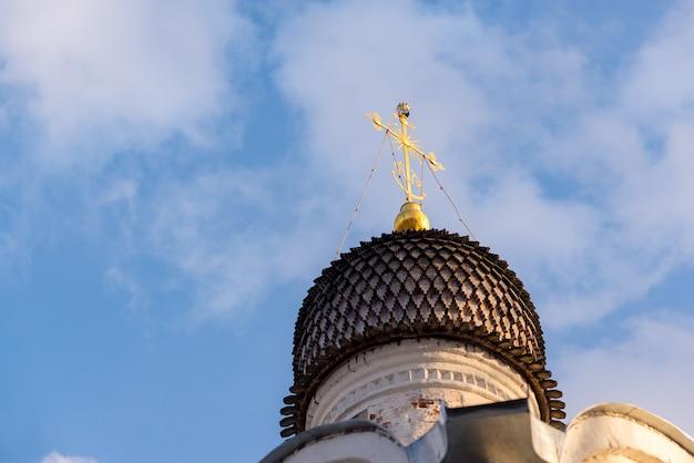 Купола с крестами православной церкви, голубое небо ..