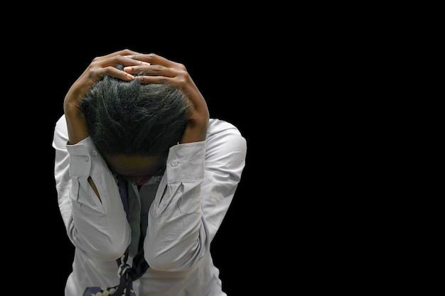 家庭内暴力。黒の背景に分離されたアフリカの女性。不幸な泣いている女の子のcoseup。人、家庭内暴力のコンセプト-不幸な女性のクローズアップ。