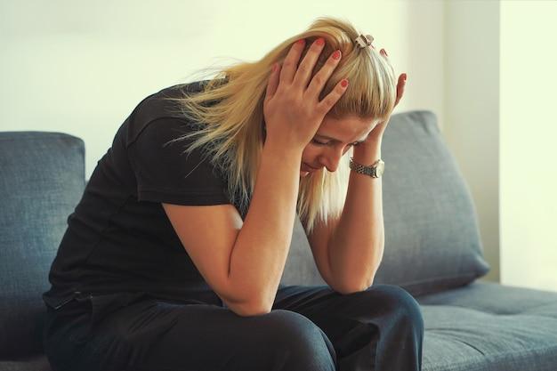 家庭内暴力。不幸な泣いている女の子。