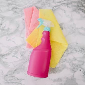 Concetto domestico di pulizia con bottiglia a spruzzo