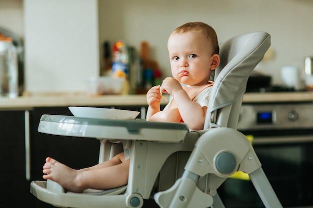한 살짜리 소년이 집에서 파스타를 먹는 스파게티를 먹는 아기와 함께하는 국내 장면