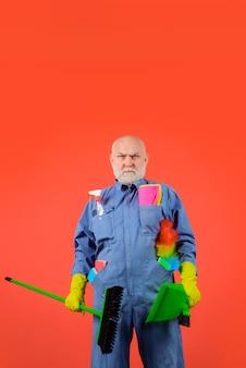 家事サービス真面目なひげを生やした男と制服を着た清掃機器の清算時間の専門家