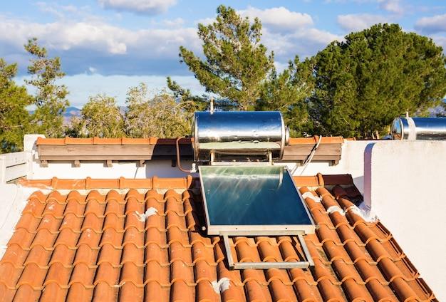 Домашняя солнечная панель на крыше с ясным безоблачным небом.