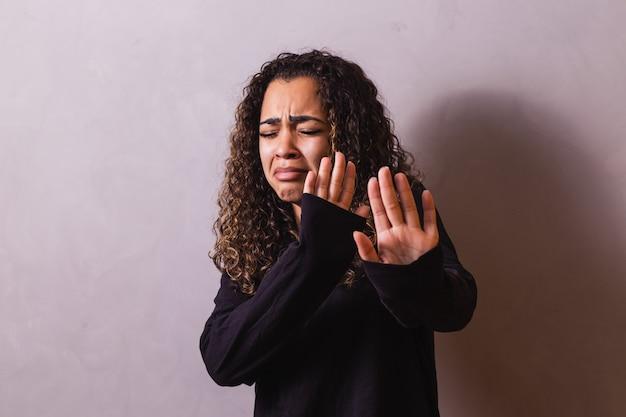 가정 폭력. 우울증을 앓는 아프리카 여성, 고문과 폭력의 희생자