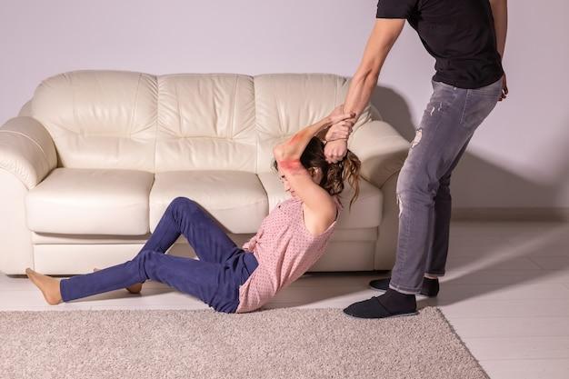 家庭内暴力、アルコール依存症、虐待の概念-酔っぱらいが妻を虐待している。