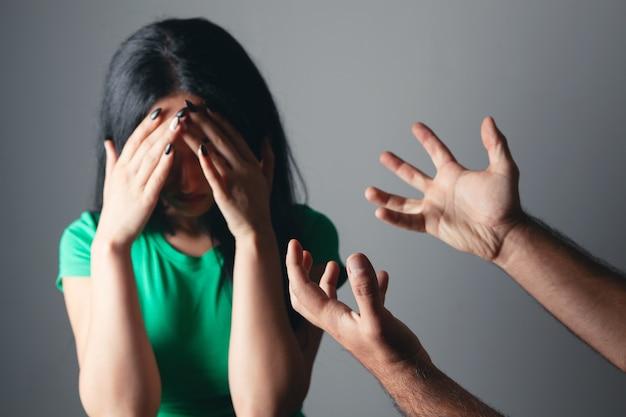 가정 폭력. 남편이 아내를 때리고 싶어