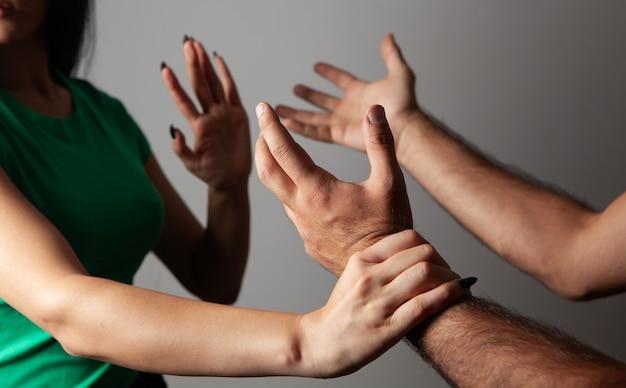 가정 폭력. 남편이 아내에게 소리친다