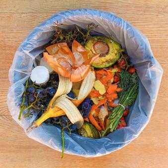 쓰레기통에 있는 과일과 채소의 퇴비를 위한 가정 쓰레기.